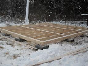 ustanovka svajnogo fundamenta zimoj