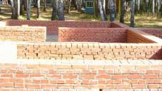 dom na kirpichnom fundamente